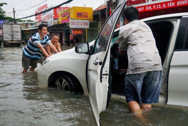 TP.HCM: Hàng trăm ôtô và xe máy chết đứng giữa biển nước từ đêm tới sáng 8