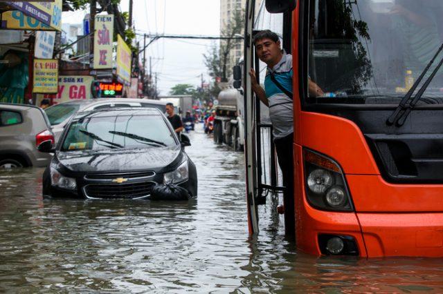 TP.HCM: Hàng trăm ôtô và xe máy chết đứng giữa biển nước từ đêm tới sáng 2