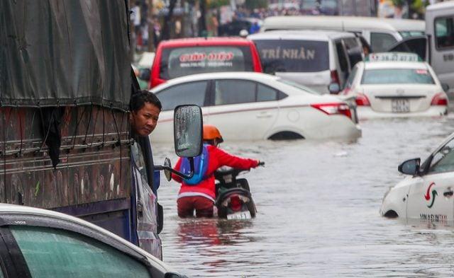 TP.HCM: Hàng trăm ôtô và xe máy chết đứng giữa biển nước từ đêm tới sáng 3