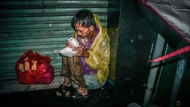 Giữa đêm, MXH xúc động mạnh với hình ảnh ông chú vô gia cư co ro húp cháo giữa mưa bão Sài Gòn 3