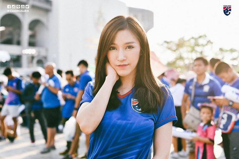 Báo châu Á ngỡ ngàng trước vẻ đẹp của fan nữ Việt Nam 2