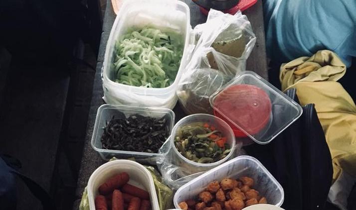 Chán cơm căn tin, cả lớp cùng nhau 'hợp tác xã' để có bữa trưa thịnh soạn như ăn cỗ 1