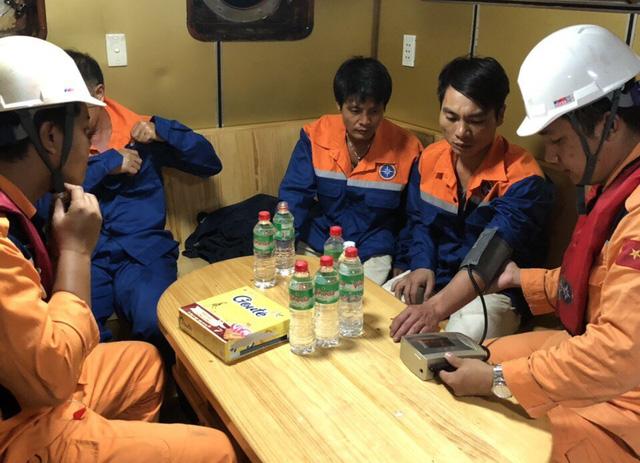 Tàu chở 1.000 tấn tinh bột va đá ngầm trên vịnh Vân Phong, 3 người rơi xuống biển 2