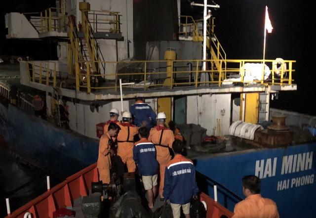 Tàu chở 1.000 tấn tinh bột va đá ngầm trên vịnh Vân Phong, 3 người rơi xuống biển 1