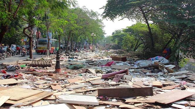 Bị tháo dỡ sau gần 10 năm tồn tại, chợ tạm Ngã Tư Sở thành bãi rác khổng lồ bên sông Tô Lịch 1