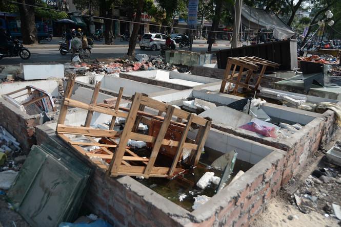 Bị tháo dỡ sau gần 10 năm tồn tại, chợ tạm Ngã Tư Sở thành bãi rác khổng lồ bên sông Tô Lịch 5
