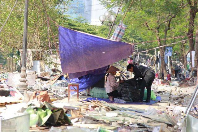 Bị tháo dỡ sau gần 10 năm tồn tại, chợ tạm Ngã Tư Sở thành bãi rác khổng lồ bên sông Tô Lịch 6