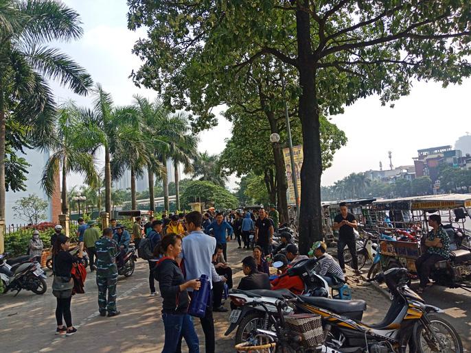 Hàng trăm người quây kín trụ sở VFF vì không mua được vé online 4