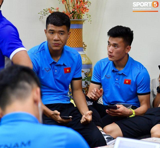Vừa đến Philippines, tuyển Việt Nam bị tịch thu hộ chiếu, chờ hơn 3 giờ mới được nhập cảnh 4