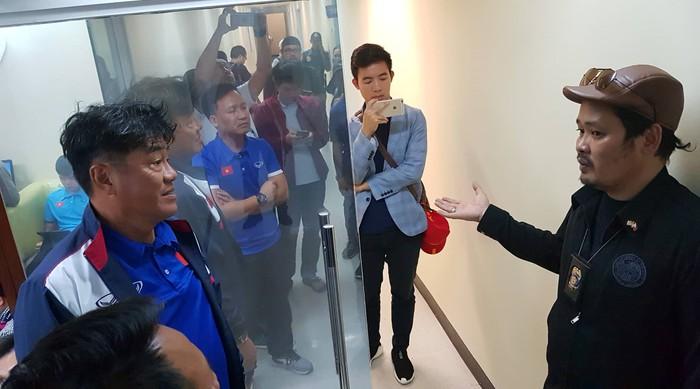 Vừa đến Philippines, tuyển Việt Nam bị tịch thu hộ chiếu, chờ hơn 3 giờ mới được nhập cảnh 3