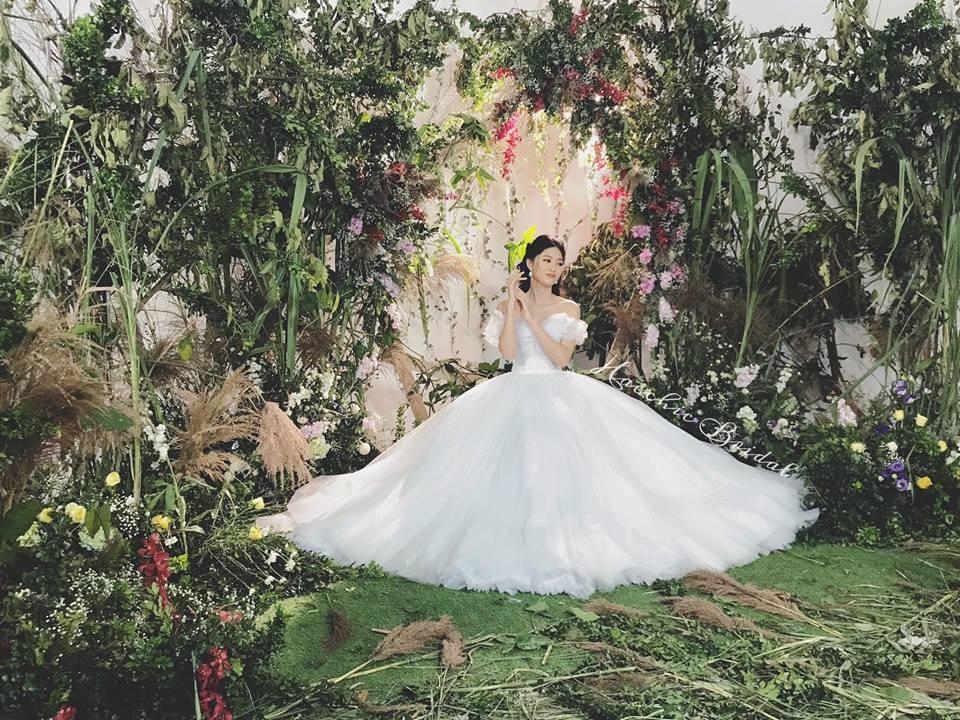 Hé lộ váy cưới tiền tỷ đẹp lung linh của Á hậu Thanh Tú 2