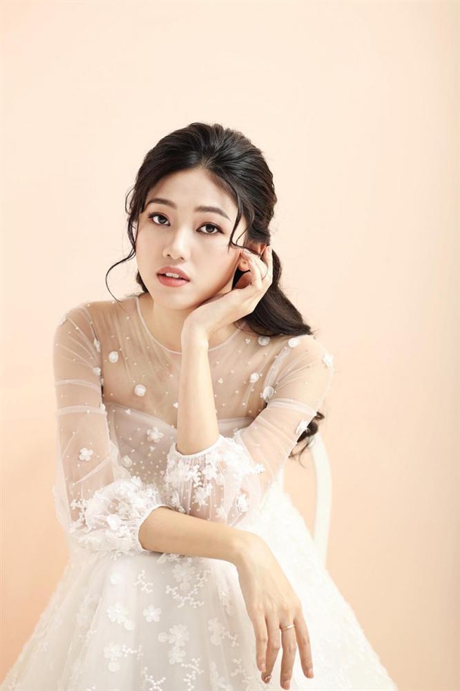 Hé lộ váy cưới tiền tỷ đẹp lung linh của Á hậu Thanh Tú 5
