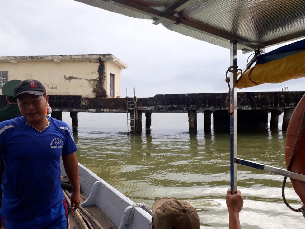 Cầu dưới chân đèo Hải Vân nghiêng 35 độ sau cú đâm của tàu chở dầu 1