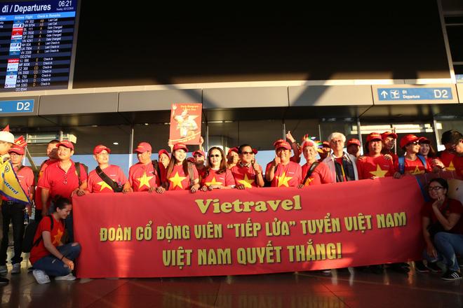 Hàng trăm CĐV 'nhuộm đỏ' Tân Sơn Nhất, qua Philippines tiếp lửa cho tuyển Việt Nam 3