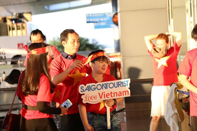 Hàng trăm CĐV 'nhuộm đỏ' Tân Sơn Nhất, qua Philippines tiếp lửa cho tuyển Việt Nam 4