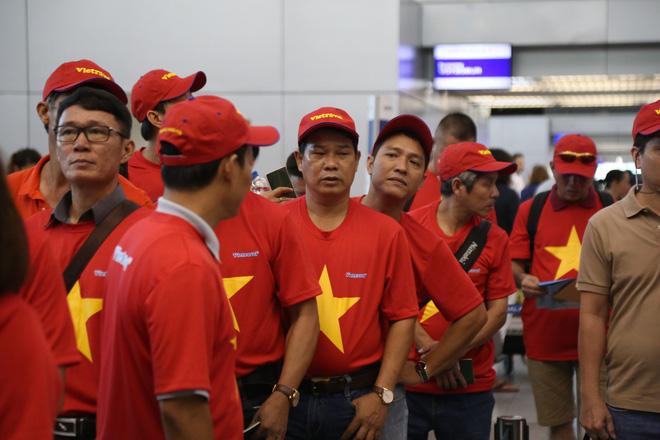 Hàng trăm CĐV 'nhuộm đỏ' Tân Sơn Nhất, qua Philippines tiếp lửa cho tuyển Việt Nam 6
