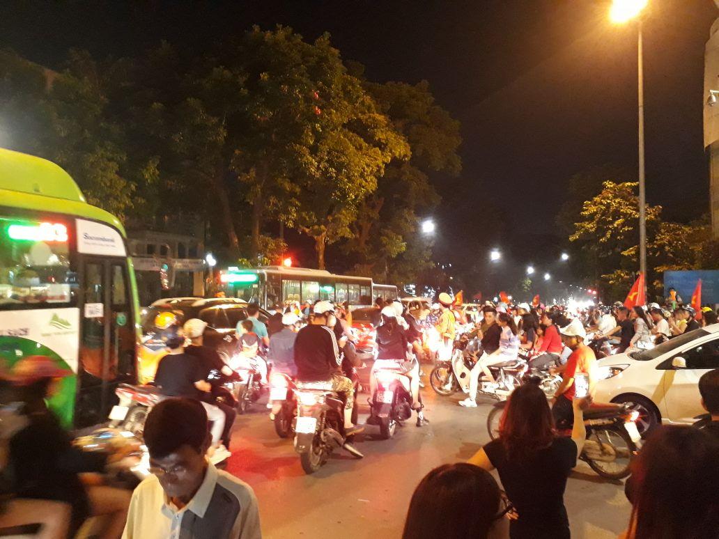Việt Nam 2-1 Philippines: Người hâm mộ nô nức xuống đường ăn mừng chiến thắng 3