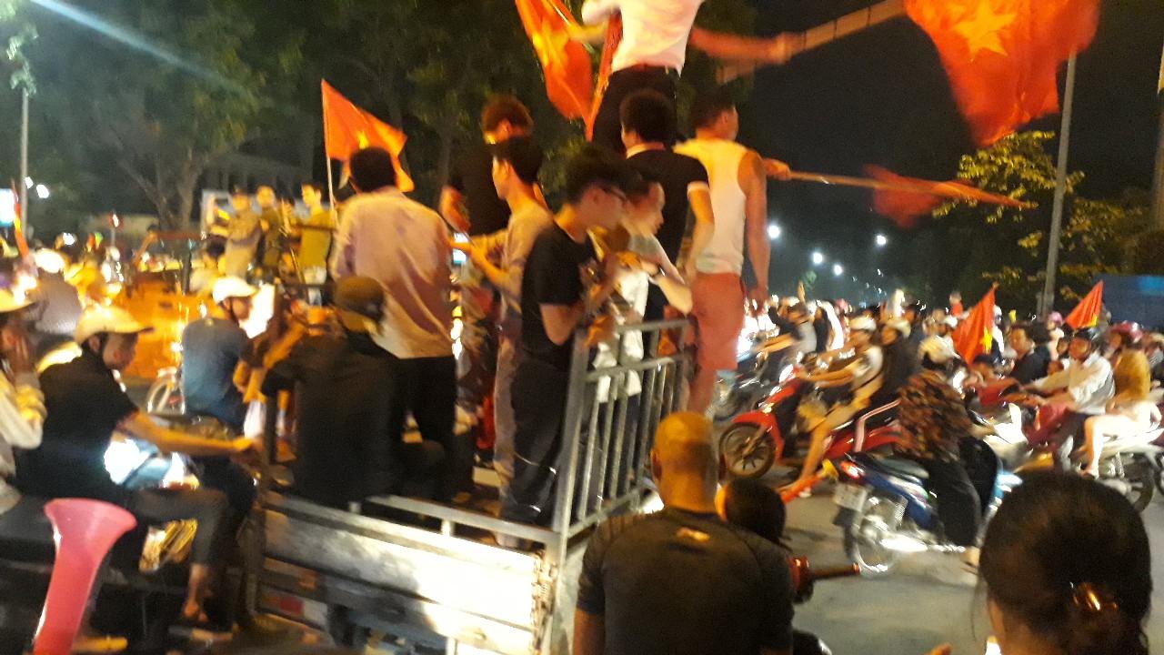 Việt Nam 2-1 Philippines: Người hâm mộ nô nức xuống đường ăn mừng chiến thắng 6