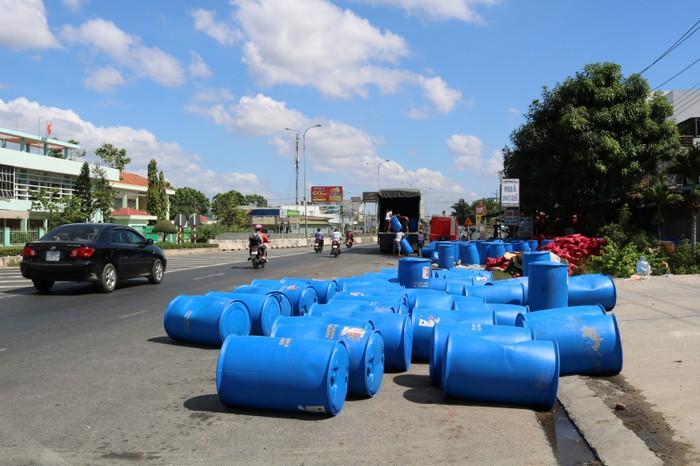 Xe tải chở 120 thùng axit bị lật trên quốc lộ ở Bình Thuận 3