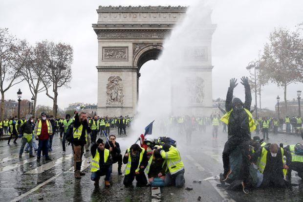 Di tích Khải Hoàn Môn chìm trong khói lửa và đổ vỡ sau cuộc biểu tình lớn nhất thập kỷ ở Paris 1