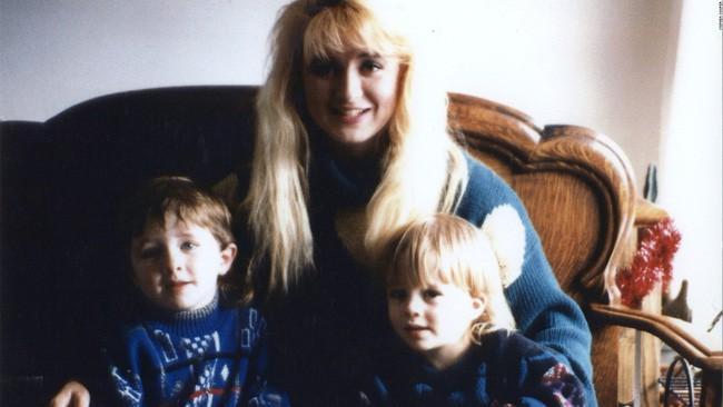 Bà mẹ điên cuồng gọi cảnh sát sau khi 2 con trai bị giết hại, kẻ thủ ác là người nằm mơ cũng không ai ngờ 3