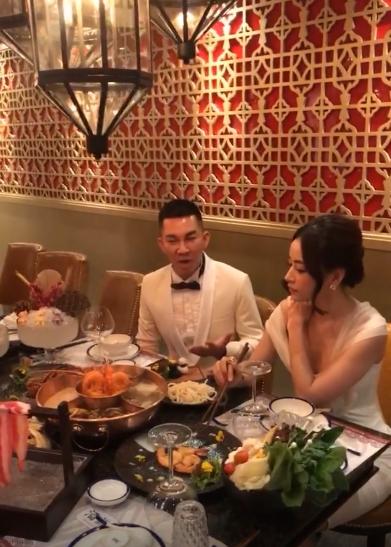 Chi Pu vất vả che chắn vì mặc hớ hênh đi ăn cùng bạn  2
