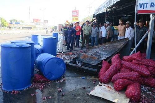 Xe tải chở 120 thùng axit bị lật trên quốc lộ ở Bình Thuận 1