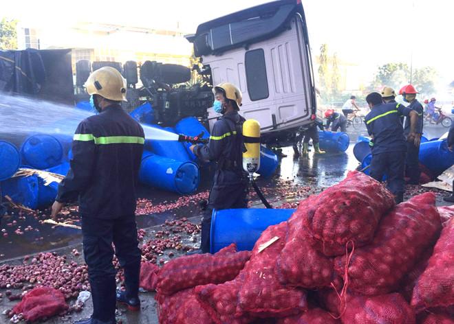 Xe tải chở 120 thùng axit bị lật trên quốc lộ ở Bình Thuận 2