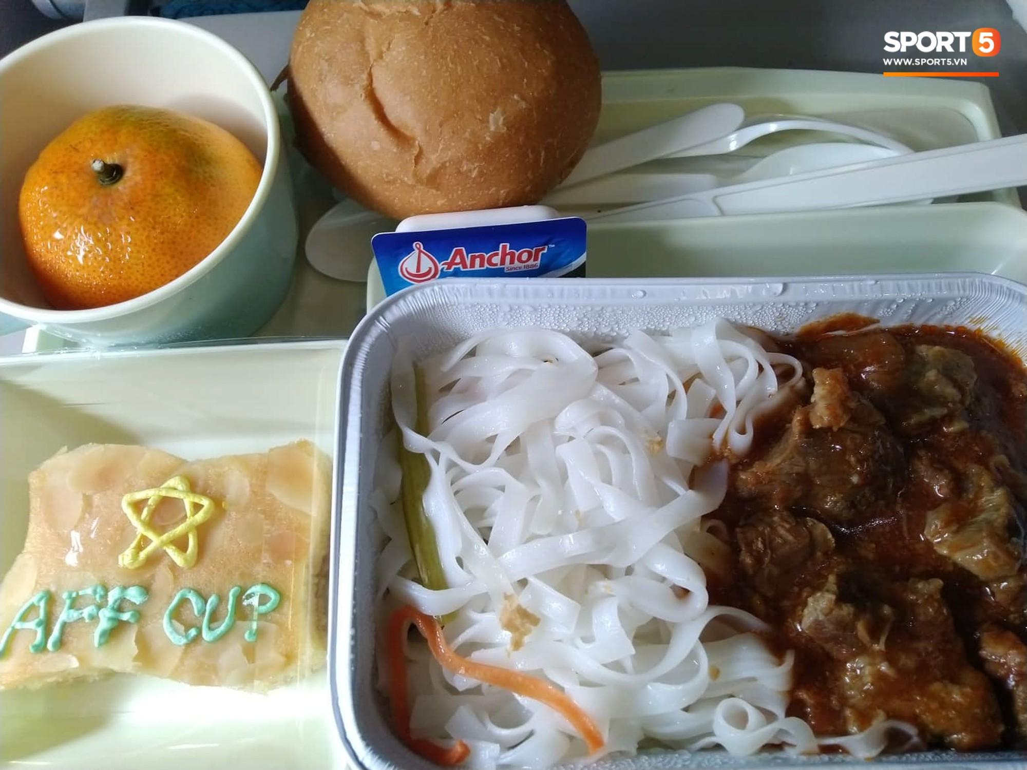 Món ăn khiến đội tuyển Việt Nam bất ngờ trên máy bay từ Philippines về Hà Nội 1