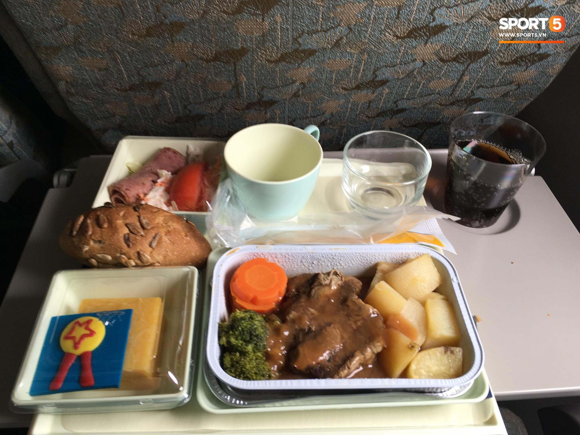 Món ăn khiến đội tuyển Việt Nam bất ngờ trên máy bay từ Philippines về Hà Nội 4
