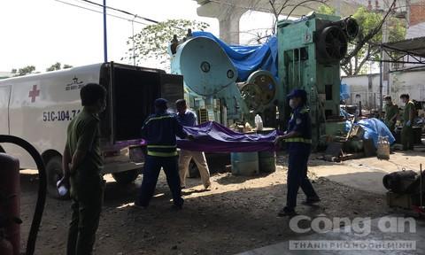 Tá hỏa phát hiện thi thể người đàn ông đã khô trong máy dập sắt 3