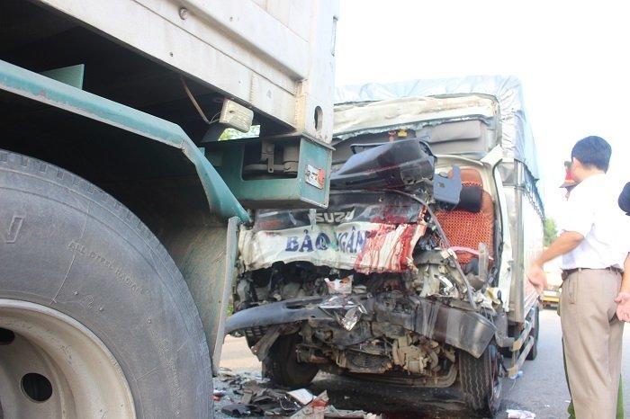 Xe tải nát bét đầu sau khi đâm đuôi xe đầu kéo, tài xế và phụ xe chết tại chỗ trong cabin 1