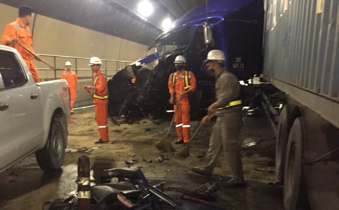 Hai xe đầu kéo đâm trực diện nhau trong hầm Hải Vân, giao thông tê liệt 1