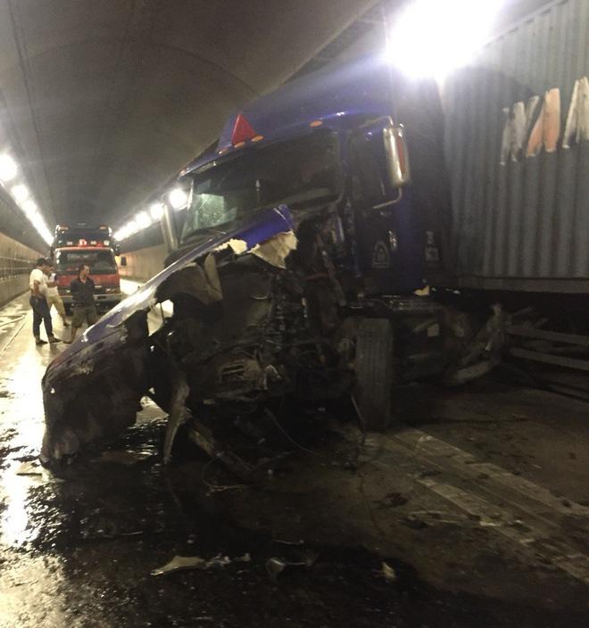 Hai xe đầu kéo đâm trực diện nhau trong hầm Hải Vân, giao thông tê liệt 2