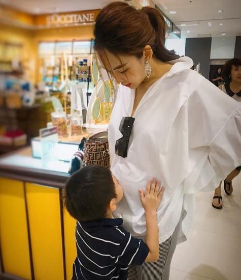 Để con 'tè bậy' lên chân người khác nơi công cộng, bà mẹ trẻ thản nhiên: Trẻ con không biết gì! 3