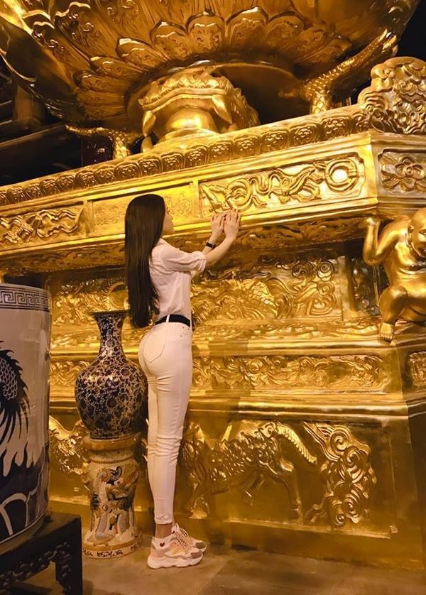 Thư Dung khiến dân tình lắc đầu ngán ngẩm vì tạo dáng phản cảm chốn linh thiêng 4