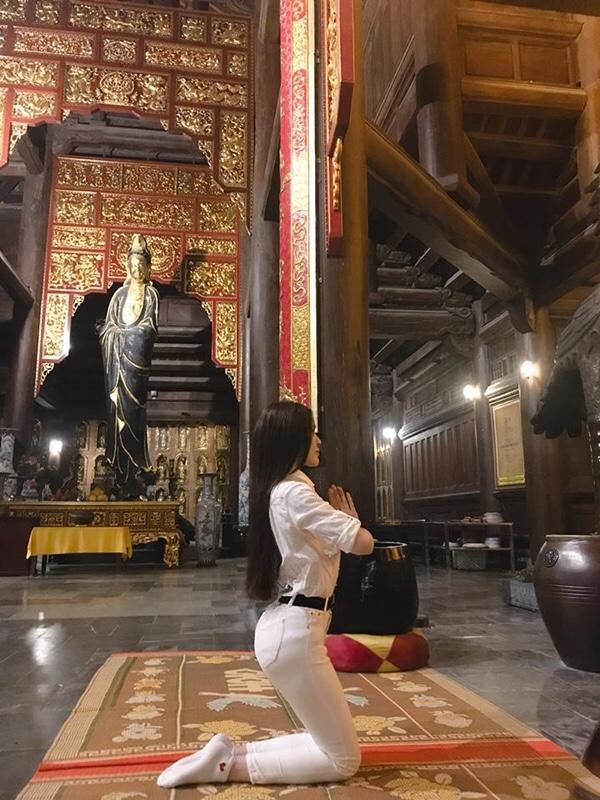 Thư Dung khiến dân tình lắc đầu ngán ngẩm vì tạo dáng phản cảm chốn linh thiêng 3
