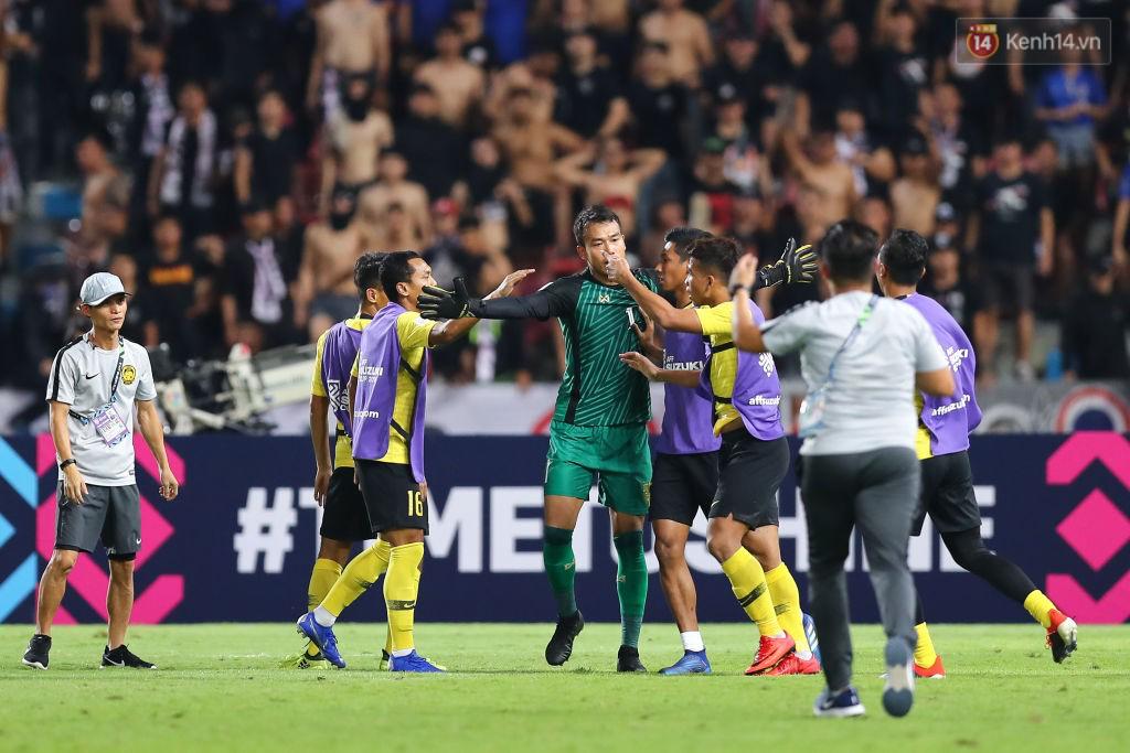 Hành động cực ngầu, tỉnh táo và quân tử của thủ môn Thái Lan trước màn trêu chọc thô thiển của cầu thủ Malaysia ngay trên sân 1