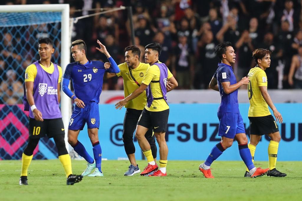 Hình ảnh Hành động cực ngầu, tỉnh táo và quân tử của thủ môn Thái Lan trước màn trêu chọc thô thiển của cầu thủ Malaysia ngay trên sân số 3