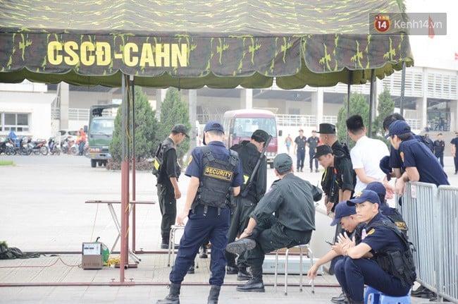 Hàng vạn người hâm mộ đổ về SVĐ Mỹ Đình để 'tiếp lửa' cho đội tuyển Việt Nam trong trận bán kết lượt về 2