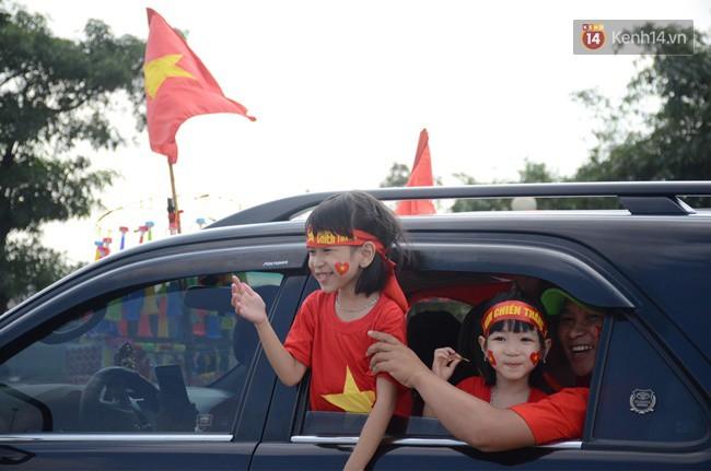 Hàng vạn người hâm mộ đổ về SVĐ Mỹ Đình để 'tiếp lửa' cho đội tuyển Việt Nam trong trận bán kết lượt về 3