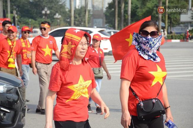 Hàng vạn người hâm mộ đổ về SVĐ Mỹ Đình để 'tiếp lửa' cho đội tuyển Việt Nam trong trận bán kết lượt về 5