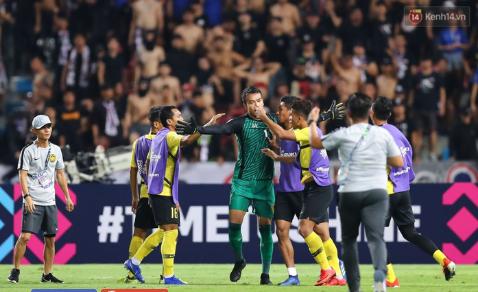 Bị cầu thủ Malaysia đá đểu, thủ môn Thái Lan đáp trả đầy bản lĩnh 1