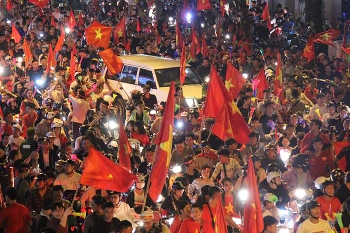 Hình ảnh CĐV Việt Nam vỡ òa trong chiến thắng trước Philippines, giành tấm vé vào chung kết AFF Cup sau 10 năm chờ đợi số 4