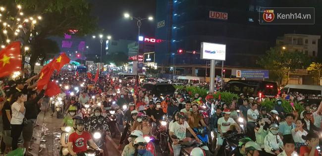 Hình ảnh CĐV Việt Nam vỡ òa trong chiến thắng trước Philippines, giành tấm vé vào chung kết AFF Cup sau 10 năm chờ đợi số 9