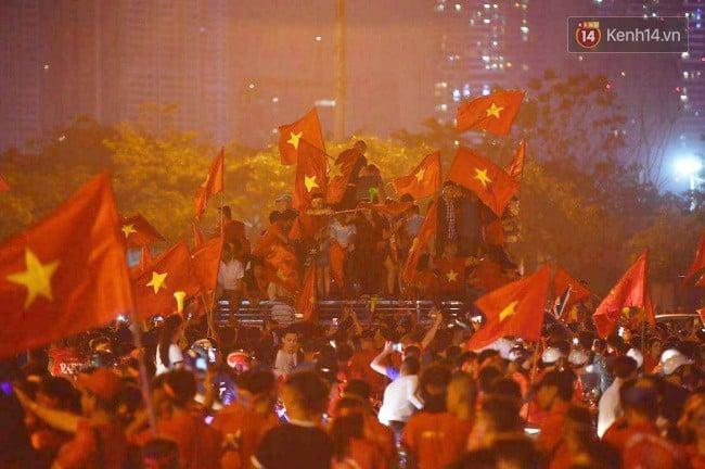 Hình ảnh CĐV Việt Nam vỡ òa trong chiến thắng trước Philippines, giành tấm vé vào chung kết AFF Cup sau 10 năm chờ đợi số 10