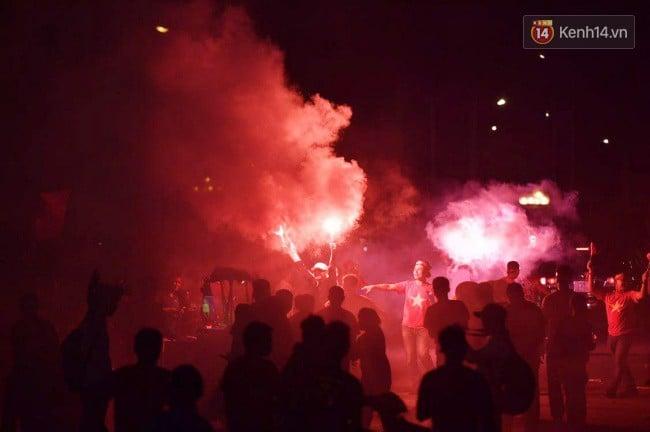 CĐV Việt Nam vỡ òa trong chiến thắng trước Philippines, giành tấm vé vào chung kết AFF Cup sau 10 năm chờ đợi 11