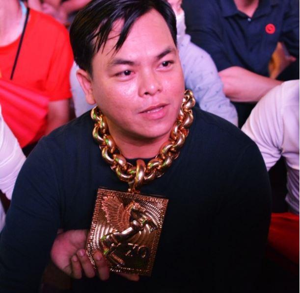 CĐV sáng nhất trận Việt Nam - Philippines: Đeo 13 kg vàng, cùng 5 vệ sĩ của mình ra phố đi bộ 5