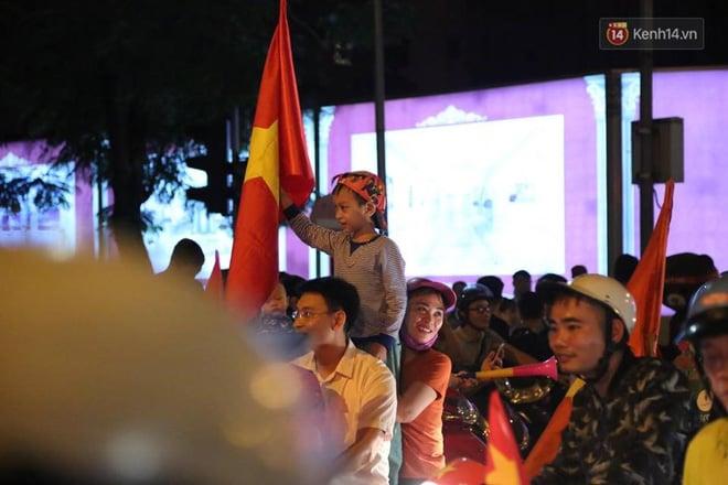 Hình ảnh CĐV Việt Nam vỡ òa trong chiến thắng trước Philippines, giành tấm vé vào chung kết AFF Cup sau 10 năm chờ đợi số 1