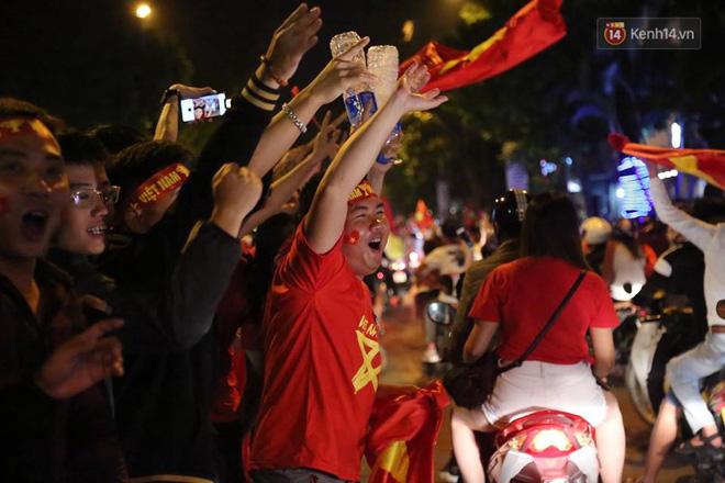 Hình ảnh CĐV Việt Nam vỡ òa trong chiến thắng trước Philippines, giành tấm vé vào chung kết AFF Cup sau 10 năm chờ đợi số 2